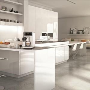 Ekspres GranBaristo przygotowuje aż 16 napojów kawowych za jednym naciśnięciem przycisku. Posiada pojemnik, który lepiej spienia mleko bez rozpryskiwania, regulowany młynek z pięcioma ustawieniami grubości mielenia oraz automatyczny program czyszczenia i usuwania kamienia. 5.439 zł (czarny), 6.349 zł (stalowy biały), Philips.