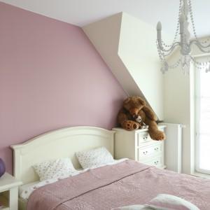 Białe łóżko, szafka nocna i komoda to uniwersalne elementy aranżacji. Fot. Bartosz Jarosz.