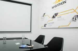 Firma Marathon zgłosiła się do nas z prośbą o przebudowę biura w momencie, kiedy opracowana została nowa koncepcja wizerunkowa korporacji. Inwestorowi zależało na optymalizacji układu funkcjonalnego pod kątem stworzenia nowych miejsc pracy, wygospodarowania salki konferencyjnej, stworzenia dobrej komunikacji między poszczególnymi działami, ale również na ekspozycji nowego wizerunku. Zaprojektowaliśmy wnętrze w mocnych zestawieniach czarni i bieli, które zbudowały tło dla żółto-pomarańczowych graficznych elementów brandingowych. Styl aranżacji: nowoczesny.