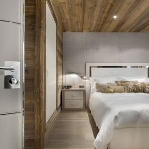 Sypialnia z przejściem do łazienki. Fot. Chalet Eden Courchevel.