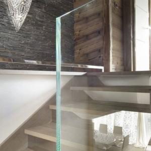 Wejście na piętro z efektowną szklaną balustradą. Fot. Chalet Eden Courchevel.