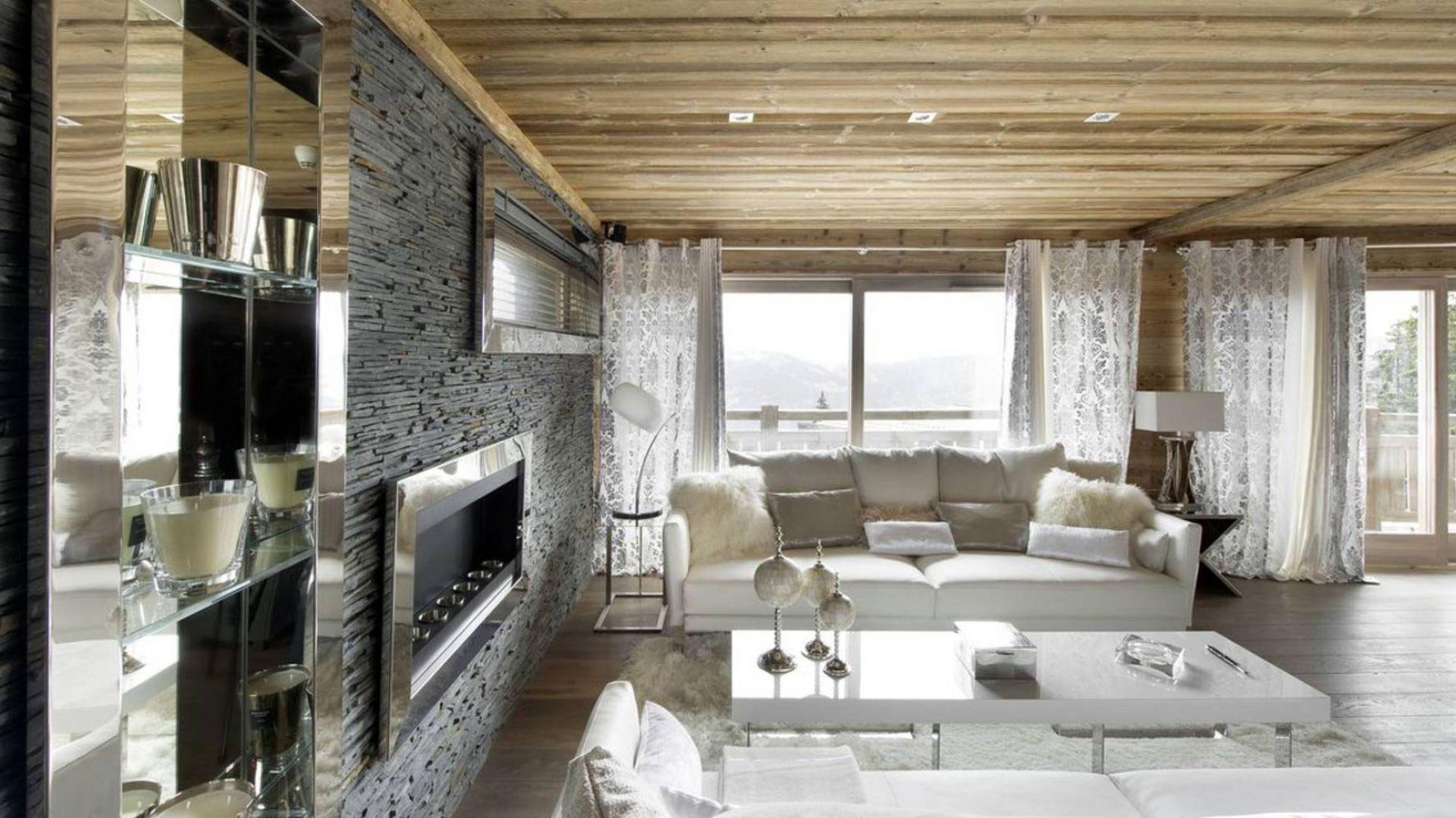 Otwarta przestrzeń dzienna - nawiązuje do alpejskiej stylistyki, a przy tym jest na wskroś nowoczesna. Fot. Chalet Eden Courchevel.