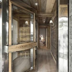 Wejście do domu - szkło, drewno i kamień to naturalne trio, które tutaj rządzi. Fot. Chalet Eden Courchevel.
