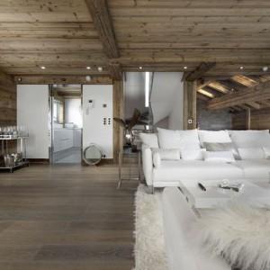 Przestrzeń dzienna - pokój wypoczynkowy połączony z jadalnią. Fot. Chalet Eden Courchevel.
