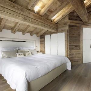 Uwagę zwracają piękne drewniane stropy, które ozdabiają cały dom. Fot. Chalet Eden Courchevel.