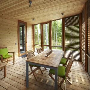 Ważną częścią domu jest weranda z ażurowymi drewnianymi ściankami, powielająca stylistykę wnętrza. Fot. Shai Gil.
