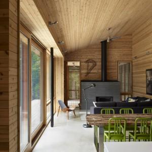 Pomysł na drewnianą boazerię w naturalnym kolorze - dzięki prostocie okazał się prawdziwym strzałem w dziesiątkę. Fot. Shai Gil.