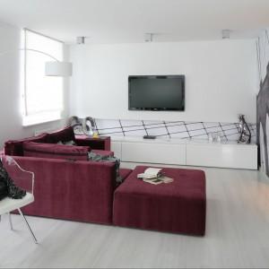 Na podłodze zastosowane panele w kolorze bielonego drewna. Idealnie współgrają z bielą ścian i sufitów.