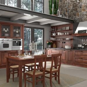 Elegancka, klasyczna kuchnia Reale Noce. Wykończenie frontów stanowią ramki z jesionowego drewna, szkło oraz panele MDF fornirowane jesionem. Dostępna jest w ośmiu kolorach. Wycena indywidualna, Home Cucuine.