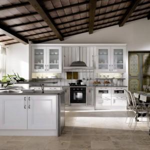 Stylowa, pełna uroku kuchnia Ambra w eleganckim, klasycznym stylu. Białe fronty (wykonane z dębowego drewna, pomalowanego lakierem) i przeszklenia w szafkach górnych nadają jej lekkości. Wnętrze jest też dzięki nim jasne i przestronne. Wycena indywidualna, Gatto/Square Space.