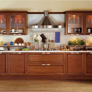Certosa to klasyczna kuchnia łącząca ciepło i elegancję. Wykonana jest z drewna wiśniowego. Tradycyjnym elementom nadano tu bardziej nowoczesną formę. Wycena indywidualna, Snaidero.