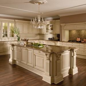 VersaillesDe Luxe to meble idealne do eleganckiego, klasycznego wnętrza. Mocno zdobione fronty, z licznymi pilastrami i frezowaniami, wykończone matowym lakierem w kolorze kremowym, doskonale pasują do kamiennych blatów. Wycena indywidualna, Leicht.