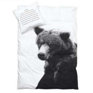 Pościel z nadrukiem niedźwiedzia. Na poduszce znajduje się krótki opis zwyczajów misia. W kolekcji dostępne są pościele z wizerunkami innych zwierząt - łosia, jeża itd. Fot. By Nord / Scandi Decor.