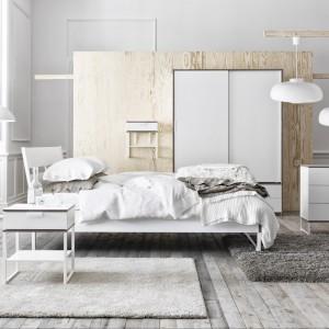 Zestaw mebli Trysil. Łóżko z ustawionym pod kątem zagłówkiem zapewnia wygodne czytanie w łóżku w pozycji siedzącej. Stolik nocny i komoda o prostej formie. Fot. Ikea.