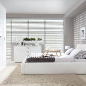 Tapicerowane łóżko Roksana II na delikatnych, metalowych stopkach idealnie komponuje się z pozostałymi, lakierowanymi na wysoki połysk meblami z kolekcji. Wymiary: 160 x 200 cm, wysokość 91 cm. Cena 1399 zł. Fot. Black Red White.