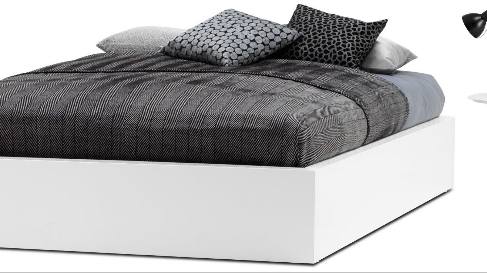 Białe łóżko W Sypialni