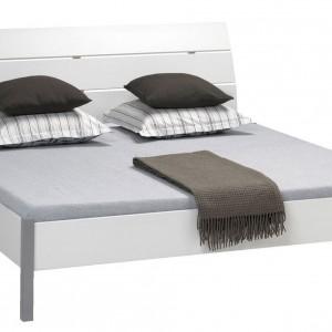 Białe łóżko dostosowane do materaca o wymiarach 140 x 200 cm lub większe - 180 x 200 cm. Cena od 549 zł. Fot. Jysk.
