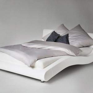 Tapicerowane łóżko Cloud o harmonijnym kształcie będzie stanowić ozdobę każdej sypialni.Cena 8.899 zł. Fot. Kare design/ Kare style.