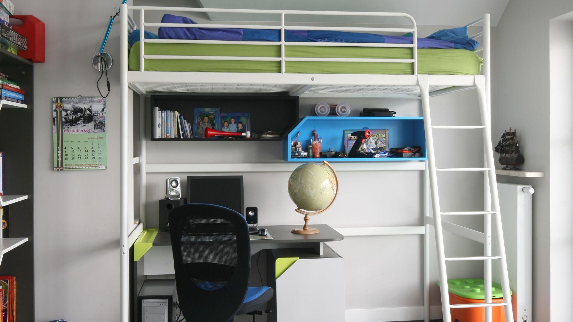 Przy łóżku zamontowano małą, techniczną lampkę, dzięki której dziecko może czytać książki przed snem. Fot. Bartosz Jarosz.