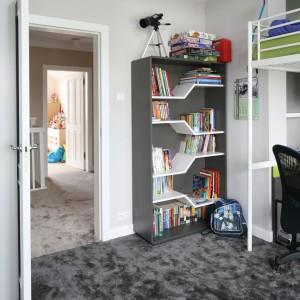 Dzięki pionowemu wykorzystaniu przestrzeni, dziecko ma więcej miejsca na zabawę na podłodze. Fot. Bartosz Jarosz.