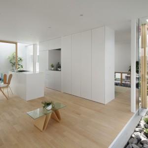 Minimalistyczne, oszczędne wnętrze, w którym królują proste formy i wszechobecna biel. Fot. Nacasa & Partners Makoto Yasuda.