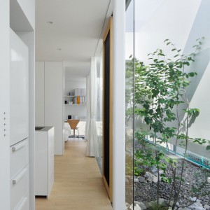 Głównym kolorem wnętrza jest nieskazitelna biel. Fot. Nacasa & Partners Makoto Yasuda.