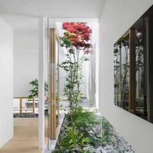 """Przydomowy ogród w postaci nietypowej """"wstęgi"""". Fot. Nacasa & Partners Makoto Yasuda."""