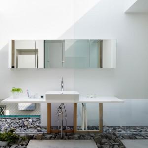 Łazienka blisko natury, zgodnie ze stylistyką panującą w całym domu. Fot. Nacasa & Partners Makoto Yasuda.