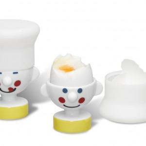 """Podstawka pod jajko """"Szef Kuchni"""" z silikonowym kapeluszem, który pełni rolę funkcjonalnej przykrywki. Dzięki niej jajko dłużej utrzyma swoją temperaturę, a gdy już zabierzemy się do jedzenia, kapelusz staje się pojemnikiem na skorupki. 69 zł/komplet (2 podstawki), PO/Homebutik."""