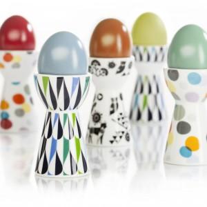 Kieliszki do jajek Drop wykonane z białej porcelany ozdobionej różnymi wzorami. Mają wysoką, stabilną podstawę ułatwiającą ich przenoszenie i użytkowanie. Wysokość: 8,5 cm. 44,90 zł/2 sztuki, Sagaform/Cucinare.