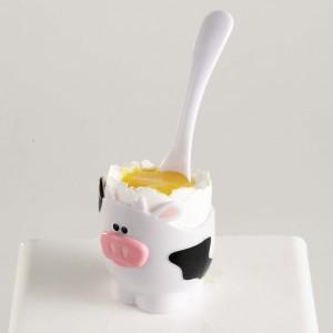 Zestaw czterech kieliszków do jajek na miękko w komplecie z łyżeczkami o kształcie sympatycznych krówek. Kieliszki i łyżeczki wykonane są z tworzywa sztucznego. Wysokość kieliszków: 5 cm. 47,90 zł, MSC/Fide.