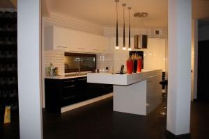 Kuchnia utrzymana w biało-czarnej tonacji. Łączy w sobie elegancję oraz niebanalny wygląd, podkreślony przez płytki ścienne w stylu retro. Fot. Studio BB Architekci