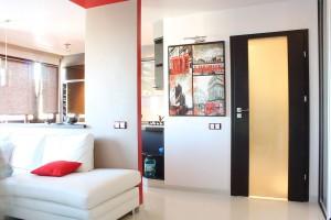 Pomysłowe rozwiązania pozwalają z klasycznego M2 uzyskać ciekawą przestrzeń: salon z otwartą kuchnią i przedpokojem oraz łazienkę i dużą sypialnię.  Fot. Studio BB Architekci