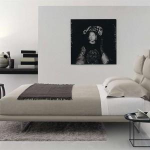 Lazy bed z profilowanym zagłówkiem. Proj.Patricia Urquiola. Fot. B&B Italia.