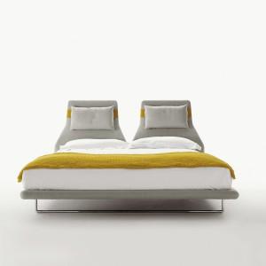 Regulowane wezgłowie nadaje kolekcji Lazy oryginalny charakter. Łóżko dostępne w wersji dla jednej lub dwóch osób. Projekt powstał przy współpracy z B&B Italia. Fot. B&B Italia.