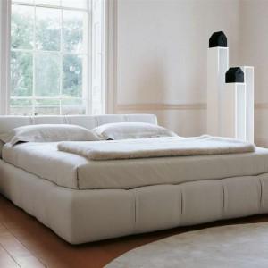 Tufty bed to tapicerowana rama łózka oraz zagłówek. Proj.Patricia Urquiola. Fot. B&B Italia.
