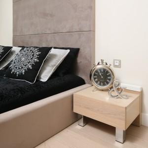 Eleganckie dodatki w ciemnym kolorze ożywiają spokojne, stonowaną sypialnię. Proj. Anna Maria Sokołowska. Fot. Bartosz Jarosz.