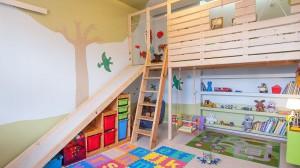 Domek na drzewie w pokoju dziecinnym. Drewniana chatka dla małego Adaśka spełniła dziecięce marzenie o domku na drzewie, zjeżdżalni, łóżku na piętrze i pokoju zabaw pod nim.