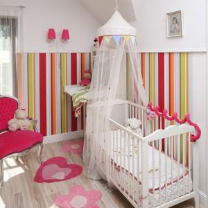 Podłogę w strefie malucha wyściełają kolorowe dywaniki o nieregularnych kształtach. Fot. Bartosz Jarosz.