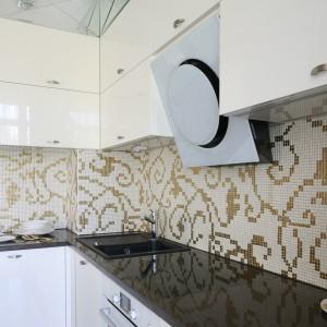 Mozaika (Ardea) mieniąca się złotem stanowi główny akcent dekoracyjny w kuchni. Fot. Bartosz Jarosz.
