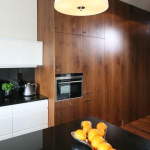 Projektantka Agnieszka Ludwinowska zdecydowała się na zastosowanie tego samego rodzaju drewna w całym domu, na zabudowie, meblach oraz na podłogach. Dzięki temu mamy wrażenie czystości i porządku. Fot. Bartosz Jarosz.