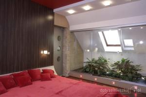Przebudowa strefy nocnej w budynku jednorodzinnym: sypialnia, łazienka, hall + pokój telewizyjny z wykorzystaniem nieużytkowej przestrzeni pod skosami dachowymi na przeszklone oranżerie. Styl - nowoczesny z elementami agresywnej czerwieni i ciepłego kamienia na życzenie Inwestora.