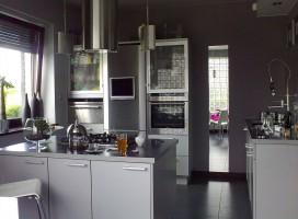 Otwarta kuchnia, utrzymana w klimacie industrialnym.
