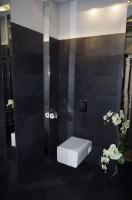 Toalety dla gości restauracji ''Carewicz''. Całość dopasowana do stylistyki i kolorystyki wnętrza z nowoczesnymi dodatkami w postaci baterii podtynkowych oraz podwieszonych misek wc.