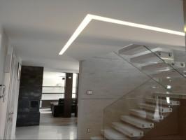Oświetlenie zamontowane wewnątrz sufitu podwieszanego.