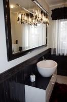 Łazienka w nowoczesnej kolorystyce czerni i bieli, przełamana dodatkami z nutą klasyki kryształu.