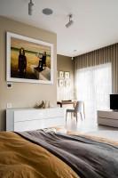 Pokój sypialniany wraz z częścią wypoczynkową, utrzymany w nowoczesnym i przytulnym stylu.