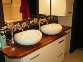 Łazienka w kolorystyce brązowo - białej