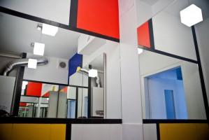 Element wzornictwa.Właścicielka konsekwentnie zakochana w twórczości Pieta Mondriana. Marzyła by jej mieszkanie na każdym kroku odzwierciedlało jego sztukę