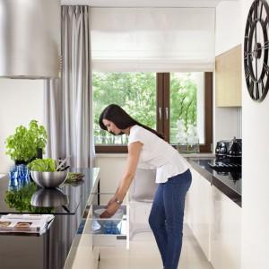 Kuchnia została wyposażona w granitowe blaty oraz pojemne, funkcjonalne szafki, których część frontów idealnie stapia się ze ściną. Takie rozwiązanie zapewnia piękno i elegancję oraz komfortowe korzystanie z kuchni. Fot. Aleksander Rutkowski.